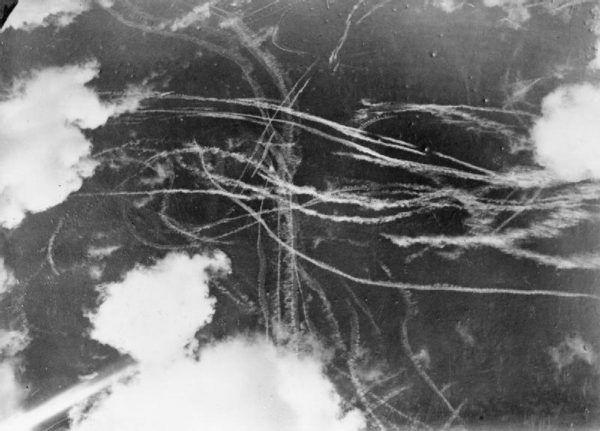 Gdy pilot wyskakiwał z uszkodzonego samolotu musiał zaczekać jak najdłużej z otwarciem spadochronu. W innym wypadku stawał się łatwym celem dla wrogich myśliwców. Na zdjęciu walka powietrze w trakcie bitwy o Anglię (fot. Puttnam; lic. domena publiczna).