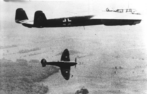 `Dzięki waleczności i poświęceniu alianckich pilotów bitwa o Anglię została wygrana. Czasami jednak trzeba było przekraczać wcześniej ustalone granice, aby definitywnie wyeliminować wroga z walki. Na zdjęciu Spitfire atakuje formację Dornierów Do 217 (fot. Speer; źródło: Bundesarchiv; lic. CC BY-SA 3.0 de).