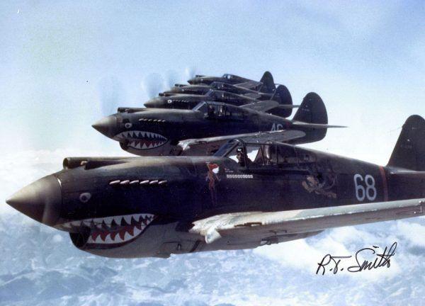Urbanowicz - jak i inne Latające Tygrysy - walczył z Japończykami za sterami mocno przestarzałych już myśliwców Curtiss P-40 Warhawk (fot. R.T. Smith; lic. domena publiczna).