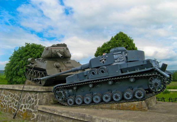 Pomnik bitwy o przełęcz dukielską (1944) na Słowacji. Niemiecki Pz-IV J (po prawej) staje w szranki z T-34/85 (fot. Szater, domena publiczna).