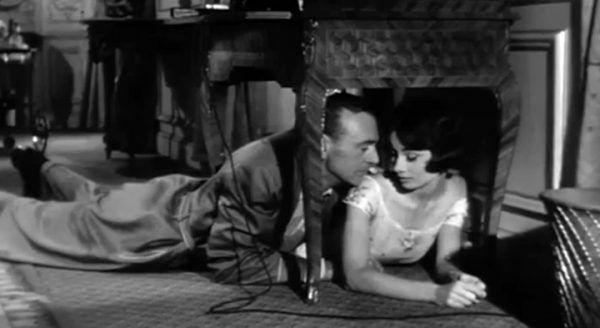 """Nawet Audrey Hepburn i Gary Cooper nie stronili od polskiej """"Wyborowej"""". No, przynajmniej na planie """"Miłości po południu"""", z którego pochodzi ten kadr (źródło: Allied Artists Pictures Corporation, domena publiczna)."""