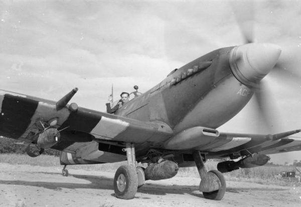 Geoffreya Page na zdjęciu z 1944 roku. Gdyby nie szybka pomoc ekipy ratunkowej latem 1940 roku to Page skończyłby na dnie kanału La Manche (źródło: domena publiczna).