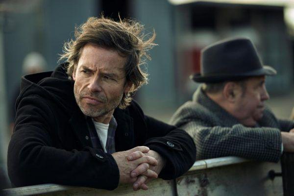 Doskonałym przykładem tego jak w XXI wieku przedstawia się postać detektywa jest Jack Irish, którego serialowe przygody można oglądać od 15 grudnia (godz. 22.00) na SundanceTV (źródło: materiały prasowe).