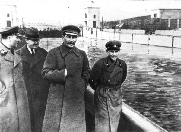 Jedną z pierwszych ofiar Berii jako szefa sowieckiej bezpieki stał się jego poprzednik Nikołaj Jeżow (pierwszy z prawej). Po jego rozstrzelaniu zniknie z tego zdjęcia (źródło: domena publiczna).