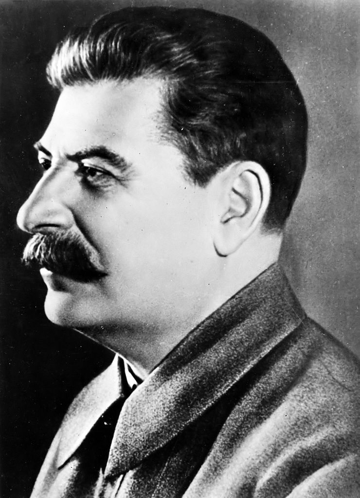 Ławrientij Beria zyskał sobie przychylność Józefa Stalina dopilnowując powstania pochwalnej biografii radzieckiego dyktatora (źródło: domena publiczna).