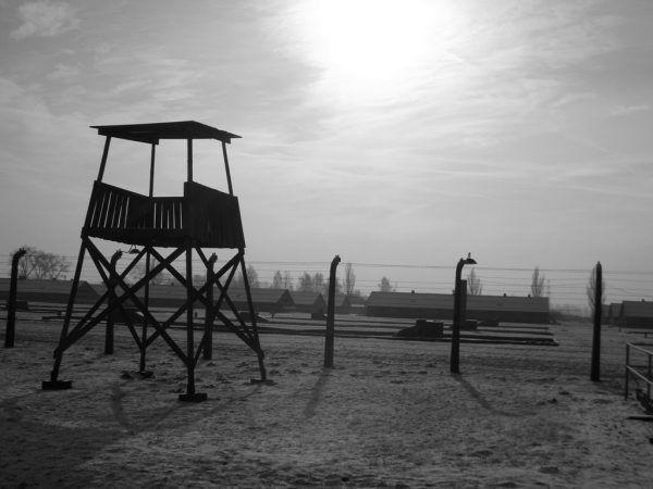 Choć od zakończenia II wojny światowej minęło już tyle lat, do dzisiaj odkrywamy nieznane wcześniej aspekty życia obozowego (fot. Piotr Drabik, lic. CC BY 2.0).