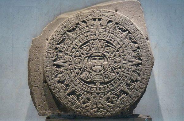 Kamień słońca, utożsamiany przez wielu historyków i archeologiem z azteckim kalendarzem. Najprawdopodobniej jednak przedstawia on aztecki mit stworzenia świata (for. Rosemania; lic. CC BY 2.0).