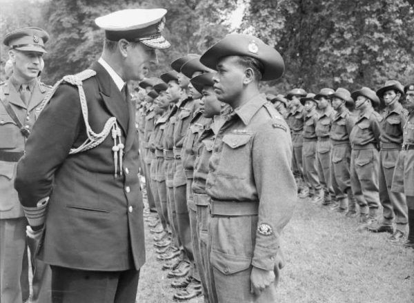 Podział rządzący – rządzeni był dla Brytyjczyków zupełnie oczywisty, a w orientacji często pomagał kolor skóry. Na zdjęciu Lord Mountbatten podczas inspekcji wojsk malajskich w 1946 roku (fot. Ministry of Information Photo Division Photographer, Imperial War Museums, domena publiczna).