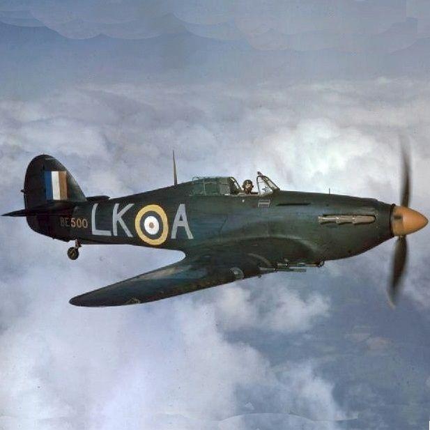W czasie bitwy o Anglię zarówno alianccy jak i niemieccy piloci nie cofali się przed niczym, aby definitywnie wyeliminować przecinka z walki (źródło: domena publiczna).