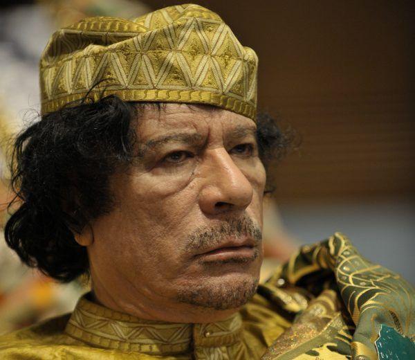 Jeden z dyktatorów, którzy skończyli marnie. Muammar Kaddafi, u szczytu swej władzy. Zdjęcie wykonane w lutym 2009 r. (źródło: Marynarka USA, domena publiczna).