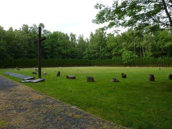 Symboliczny cmentarz na terenie obozu pracy w Łambinowicach (fot. Julo, lic. domena publiczna).