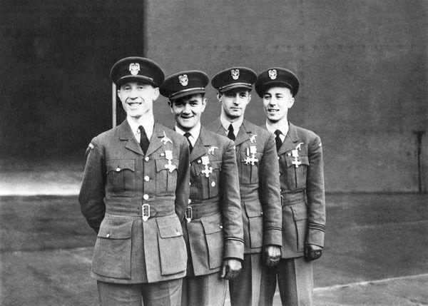 Polscy piloci odznaczeni Distinguished Flying Cross. Pierwszy z lewej Witold Urbanowicz (źródło: materiały prasowe).