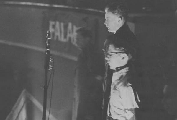 """Bolesław Piasecki (przed mikrofonem) w czasie wielkiego wiecu ONR """"Falanga"""" zorganizowanego 28 listopada 1937 roku w warszawskim Cyrku Staniewskich (źródło: domena publiczna)."""
