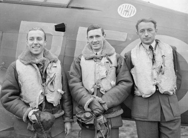 Porucznik pilot Zdzisław Henneberg, porucznik pilot John A. Kent i porucznik pilot Marian Pisarek przed myśliwcem Hurricane (źródło: domena publiczna).