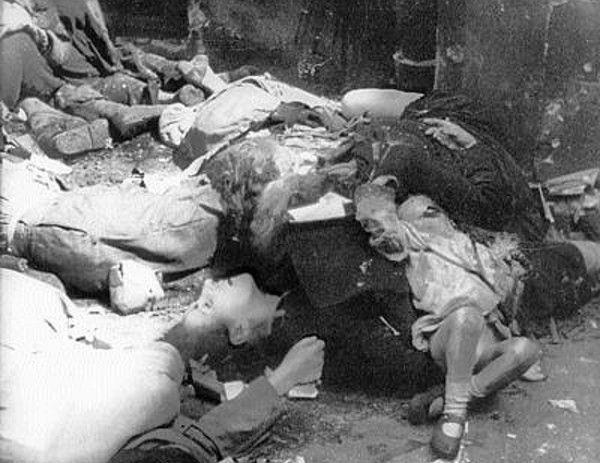 Naziści postanowili wymordować wszystkich mieszkańców powstańczej Warszawy. Dla nich płeć i wiek ofiar nie miały najmniejszego znaczenia. Na zdjęciu polscy cywile, zamordowani w egzekucji przy ul. Marszałkowskiej 111 (źródło: domena publiczna).