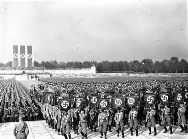 """Polscy nacjonaliści podkreślali, że ich ideologia tym różni się od na przykład nazizmu, że nie służy """"złej prawdzie"""" lecz dąży do zbawienia człowieka. Na zdjęciu zjazd NSDAP w Norymberce (źródło: Bundesarchiv; lic. CC-BY-SA 3.0)."""