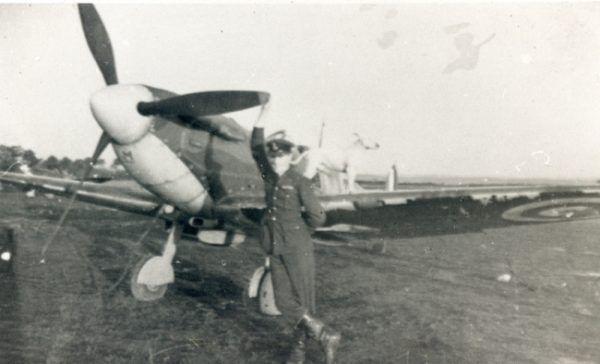 Roger Hall był świadkiem jak jeden z jego kolegów, który wyskoczył ze spadochronem został dosłownie zmasakrowany przez niemieckiego pilota (źródło: domena publiczna).