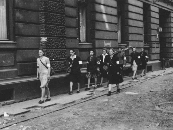 U wielu kobiet stres i niedożywienie spowodowały zatrzymanie miesiączki. Inne musiały jakoś sobie radzić… Na zdjęciu: patrol sanitarny Wojskowej Służby Kobiet AK (źródło: domena publiczna).