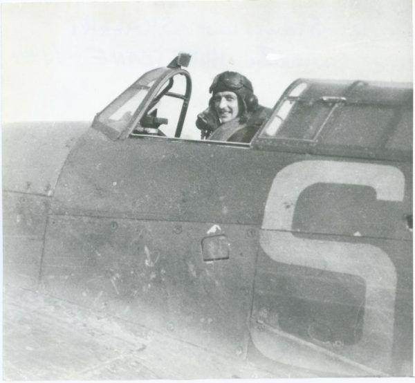 """Stanisław Skalski w kabinie samolotu Hurricane, 1940 rok . Zdjęcie z książki """"As. Wspomnienia legendarnego dowódcy Dywizjonu 303"""" (Znak Horyzont 2016)."""