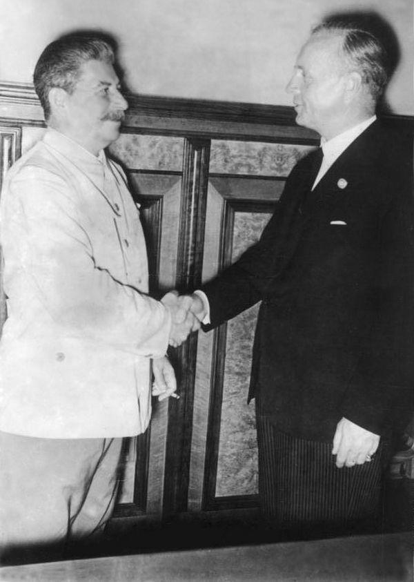 Beria aż do 23 sierpnia 1939 roku liczył na porozumienie ZSRR z Anglią i Francją. Mimo że Stalin już zdecydował się na sojusz z III Rzeszą. Na zdjęciu Stalin i Ribbetrop na Kremlu (źródło: Bundesarchiv; lic. CC-BY-SA 3.0).