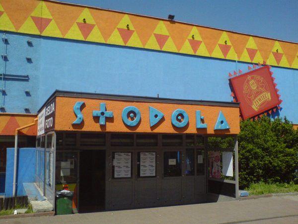 """Gdzie na striptiz? Najlepiej do klubu studenckiego """"Stodoła"""". Szczególnie, jeśli lubi się oglądać męki przy rozpinaniu stanika... (fot. Daniel Koć (Kocio), lic. CC BY-SA 3.0)."""