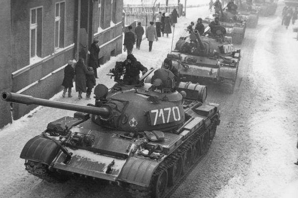 Wojciech Jaruzelski chciał wyprowadzić na ulice nie tylko polskie czołgi, ale też te radzieckie? T-55 podczas stanu wojennego w Zbąszyniu (fot. J. Żołnierkiewicz, źródło: domena publiczna).