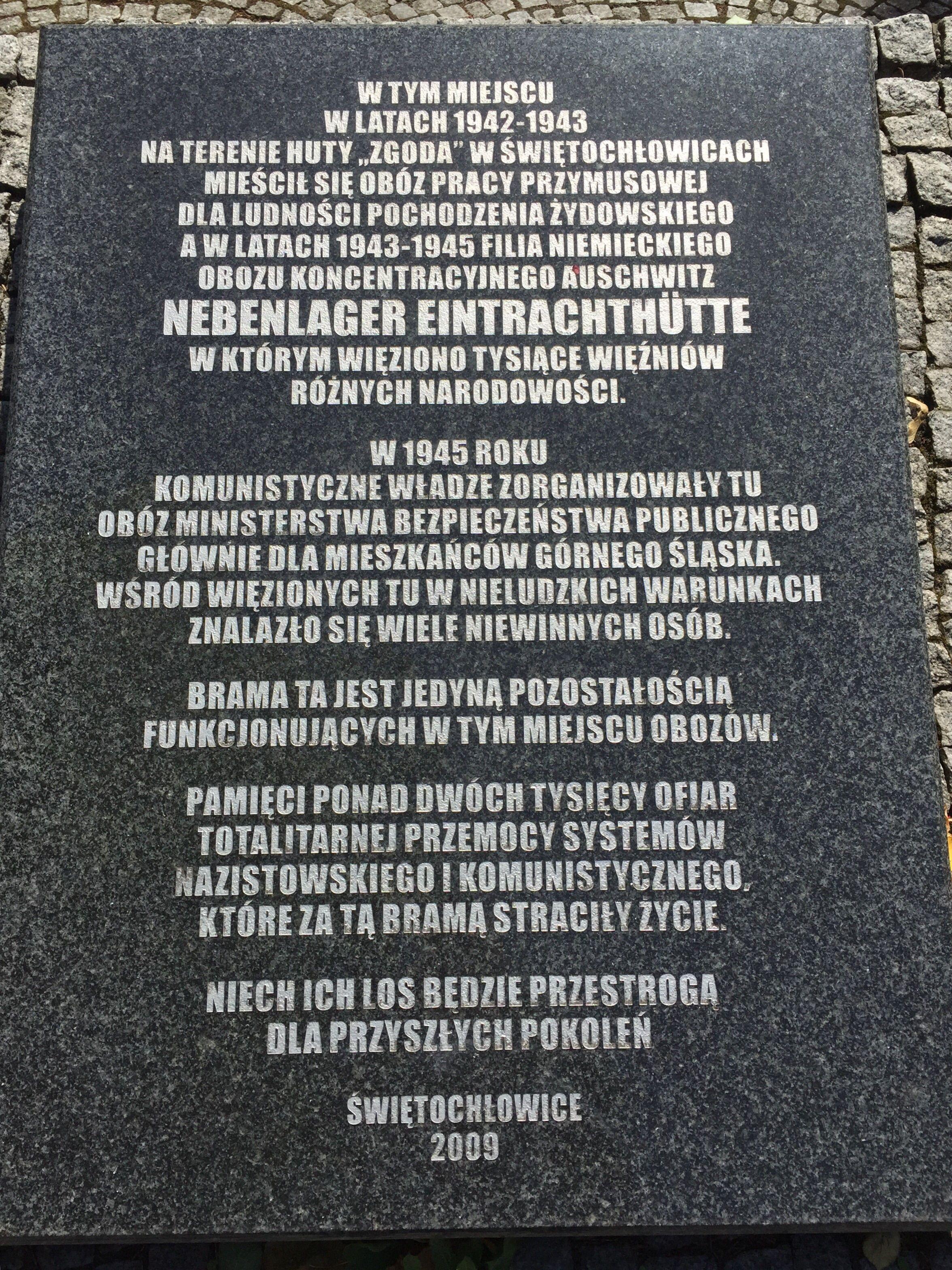 Tablica upamiętniająca ofiary niemieckiego a po wojnie ubeckiego obozu koncentracyjnego zlokalizowanego w Świętochłowicach (fot. Drozdp; lic. CC BY-SA 4.0).