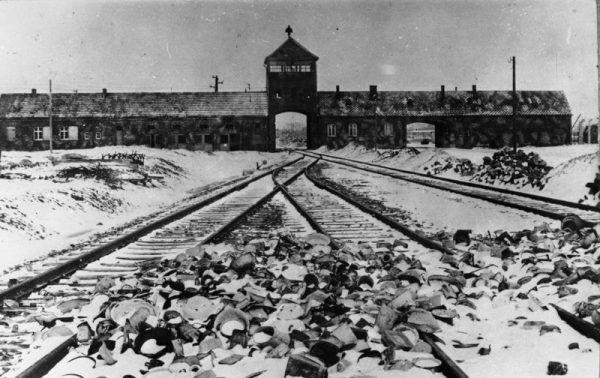 """Przybycie do obozu oznaczało przejście do innego, makabrycznego świata. Zetknięcie z rządzącymi nim zasadami, a także ze szczególnym, """"obozowym"""" poczuciem humoru, było dla więźniów ogromnym szokiem (fot. Stanisław Mucha, Bundesarchiv, lic. CC BY-SA 3.0 DE)"""