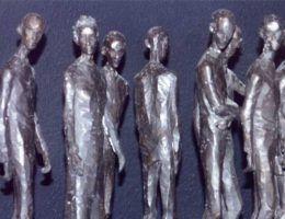 Więźniowie w obozach koncentracyjnych byli poddawani niewyobrażalnym torturom. Czasem tylko po to, by strażnicy mogli się... zabawić ich kosztem. Na zdjęciu znajduje się rzeźba artysty Gouwenaara, będąca hołdem dla ofiar Auschwitz. (źródło: domena publiczna).