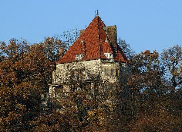 """Szyszko-Bohuszowi trudno się właściwie dziwić, że """"stworzył"""" salę o 24 słupach. Jako architekt słynął z nieprawdopodobnych budowli. Na zdjęciu jego własny dom w Przegorzałach. Fot. Zygmunt Put, lic. CC ASA 4,0."""