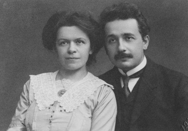 Albert i Mileva. Połączyła ich nauka i uczucie… które w pełni wykorzystał Einstein. Zdjęcie pary małżeńskiej pochodzące z 1912 roku (domena publiczna).