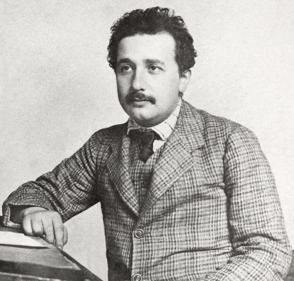 """Albert Einstein podczas """"pierdzenia w stołek"""" w berneńskim Urzędzie Patentowym. Nudna posadka była dla niego ważniejsza, niż pierworodne dziecko (fot. Lucien Chavan, ETH-Bibliothek Zürich, Bildarchiv, domena publiczna)."""