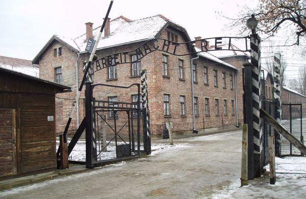 W poszukiwaniu fachowców niezbędnych do fałszowania brytyjskiej waluty Krüger odwiedzał obozy koncentracyjne. Rzecz jasna trafił również do Auschwitz (fot. Tulio Bertorini; lic CC BY-SA 2.0).