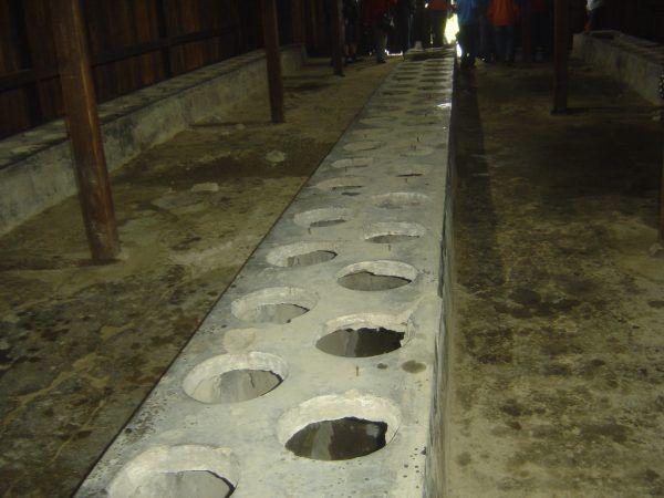 Na skorzystanie z prymitywnej obozowej latryny więźniowie mieli rano zaledwie kilka minut (fot. DIMSFIKAS, lic. CC BY-SA 3.0).