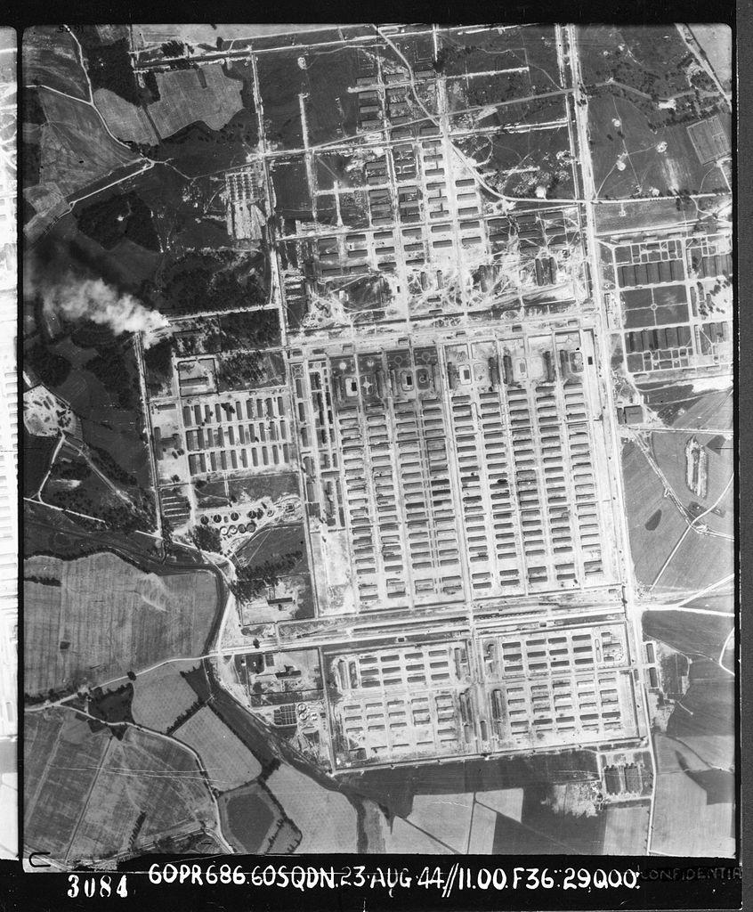 Obóz w Auschwitz zajmował duży teren, co widać na zdjęciu wykonanym przez RAF w 1944 roku. Był jednak z każdej strony dobrze strzeżony (źródło: domena publiczna).