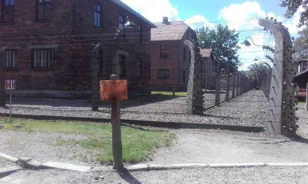 Podłączony do prądu drut kolczasty skutecznie uniemożliwiał wydostanie się z obozu (fot. Leeturtle, lic. CC BY-SA 3.0).