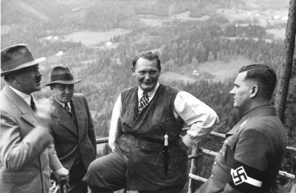 Hitler od siedzenia w stolicy zdecydowanie wolał plenery, najlepiej górskie. Na tym zdjęciu z 1936 roku widzimy go ze współpracownikami w Obersalzbergu (Bundesarchiv, B 145 Bild-F051620-0043 / CC-BY-SA 3.0).