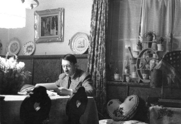 Hitler nad papierami? To niezwykle rzadki widok dla jego pracowników. Szczególnie, że nie przegląda ich w biurze... Zdjęcie z 1936 roku (Bundesarchiv, Bild 146-1973-034-42 / Heinrich Hoffmann / CC-BY-SA 3.0).