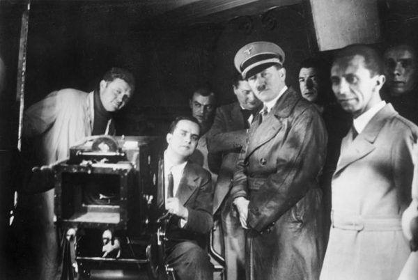 Jednym z ostatnich punktów dnia z Hitlerem była projekcja filmu. No chyba, że Führer się rozgadał... Fotografia z 1935 roku (Bundesarchiv, Bild 183-1990-1002-500 / CC-BY-SA 3.0).