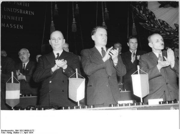 Franciszek Jóźwiak (na zdjęciu pierwszy z prawej), Komendant Główny Milicji Obywatelskiej w latach 1944-1949, odradzał ambitnym milicjantom podejmowanie studiów wyższych, argumentując, że może to ich narazić na niechęć wyżej postawionych funkcjonariuszy bez wykształcenia (Bundesarchiv, lic. CC BY-SA 3.0 de).