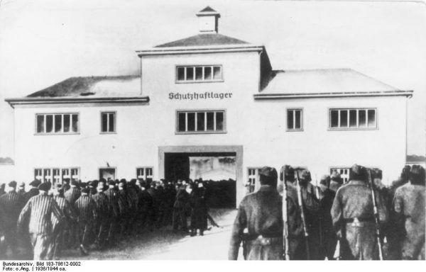 Centrum operacyjnym największego fałszerstwa w trakcie drugiej wojny światowej był... obóz koncentracyjny w Sachsenhausen. Do podrabiania funtów i dolarów wykorzystywano więźniów. Akcją dowodził SS- Haupsturmführer Bernhard Krüger (źródło: Bundesarchiv, lic. CC BY-SA 3.0 de).