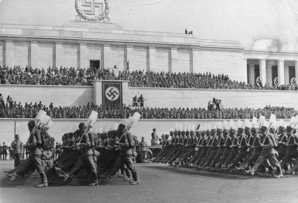 Porządek jak na Parteitagu? Nic z tych rzeczy! W zarządzaniu pracownikami kierował się zasadą, że im większy chaos, tym lepiej. Norymberga, 1937 rok (Bundesarchiv, Bild 183-C12671 / CC-BY-SA 3.0).
