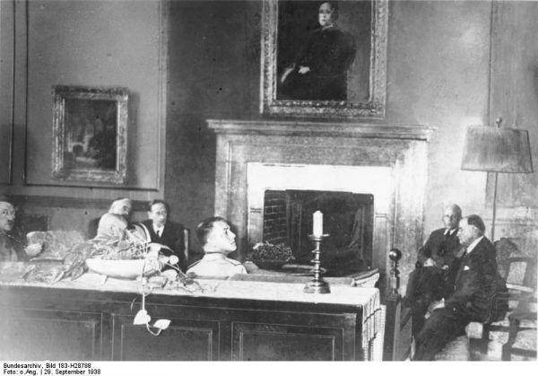 Sekretarz stanu w MSZ Ernst von Weizsäcker nie zawsze musiał łapać Hitlera w biegu. Choć na spotkaniach na szczycie, takich jak to, raczej bieżących spraw nie załatwił... Zdjęcie z kuluarów konferencji w Monachium, Hitler pierwszy z lewej, Weizsäcker drugi z prawej (Bundesarchiv, Bild 183-H28788 / CC-BY-SA 3.0).