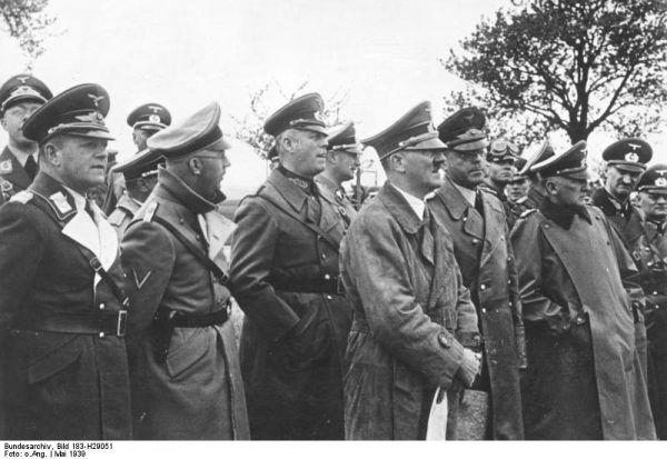 """Feldmarszałek (lo)Keitel lojalnie stał przy Hitlerze nawet gdy ten wpadał w nieposkromiony gniew. Na zdjęciu Führer przygląda się nowo wzniesionym fortyfikacjom """"Westwalles"""" z Wilhelmem Keitlem za plecami (Bundesarchiv, Bild 183-H29051 / CC-BY-SA 3.0)."""
