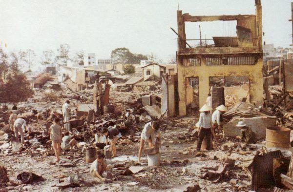 Tak wyglądała wojna na wyniszczenie. Cywile w zrujnowanej po ofensywie Tet miejscowości Cholon (fot. Joel D. Meyerson, domena publiczna).