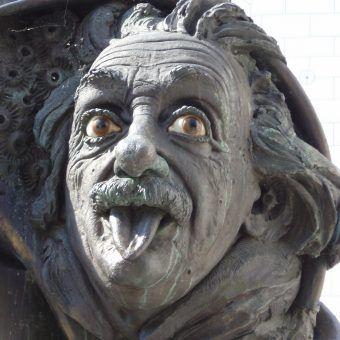 """""""Święty człowiek...""""? Akurat! Pomnik Alberta Einsteina dłuta Jürgena Goertza z Ulm (fot. Nono vlf, lic. CC BY-SA 3.0)."""