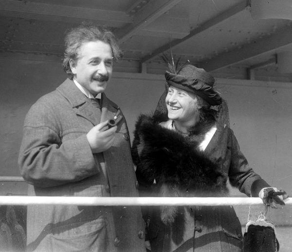 """Einstein podejmował kuriozalne próby """"ratowania małżeństwa"""" i zarzucał Milevie całe zło świata. Tymczasem sam romansował z kuzynką Elsą. Zdjęcie Alberta i jego drugiej żony z 1921 roku (domena publiczna)."""