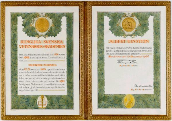 Dyplom potwierdzający przyznanie Einsteinowi Nagrody Nobla wystawiono z datą 1922, choć tak naprawdę otrzymał ją w 1921 roku. Pieniężna część nagrody zasiliła konto Milevy. Czyżby jako zadośćuczynienie za jej wkład w odkrycie szczególnej teorii względności? (domena publiczna).