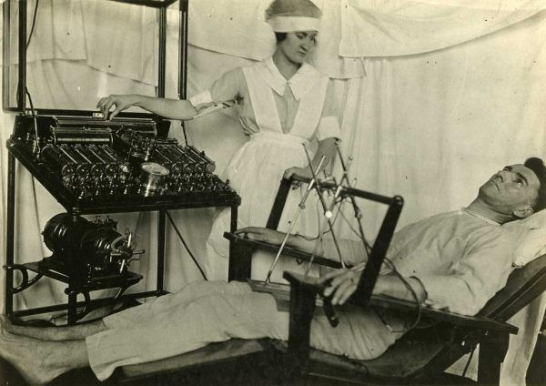 Jak wyleczyć z homoseksualizmu? Najlepiej tak, jak z transseksualizmu - brutalnie i boleśnie. Na przykład elektrowstrząsami... Tu widzimy urządzenie z I wojny światowej w akcji (fot. Otis Historical Archives National Museum of Health and Medicine, Flickr, lic. CC BY 2.0).