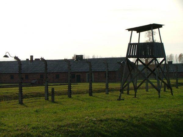 W obozie Birkenau warunki życia więźniów były jeszcze trudniejsze, niż w Auschwitz I (fot. Emmanuel DYAN, lic. CC BY 2.0).
